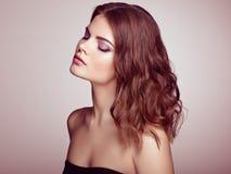 Femme de brune avec de longs cheveux onduleux brillants Images libres de droits