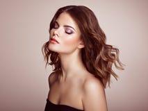 Femme de brune avec de longs cheveux onduleux brillants Photos stock