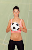 Femme de brune avec du ballon de football photographie stock libre de droits