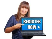 Femme de brune avec l'ordinateur portable ou le carnet indiquant le s'inscrire maintenant o image libre de droits