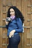 Femme de brune avec la vieille collection d'appareil-photo de photo de film Photographie stock libre de droits