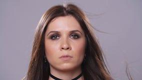 Femme de brune avec le maquillage foncé clips vidéos