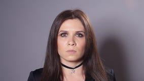 Femme de brune avec le maquillage foncé banque de vidéos