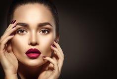 Femme de brune avec le maquillage parfait de vacances images stock
