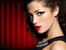 Femme de brune avec le renivellement de mode et les languettes rouges photos libres de droits