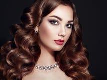 Femme de brune avec de longs cheveux onduleux brillants Photographie stock libre de droits
