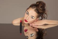 Femme de brune de beauté avec le maquillage parfait Beau maquillage professionnel de vacances Lèvres rouges, sourcils parfaits image stock