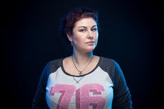 Femme de brune dans une chemise de sport Image libre de droits