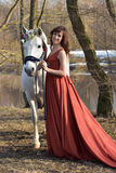 Femme de brune dans une robe rouge Photos stock