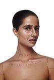 Femme de brune de beauté avec des lignes sur le visage et le corps Images libres de droits