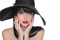 Femme de brune de beauté avec le maquillage lumineux de charme et le manicur rouge Photos stock