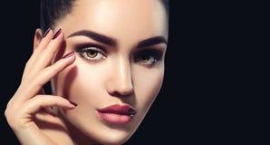 Femme de brune de beauté avec le maquillage parfait d'isolement sur le noir photos stock