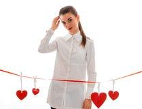 Femme de brune de beauté dans l'amour posant avec le coeur rouge sur le fond d'isolement sur le fond blanc Images libres de droits