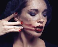 Femme de brune de beauté sous le voile noir avec le rouge Photographie stock libre de droits