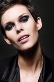 Femme de brune de mode avec la coupe de cheveux courts Image stock