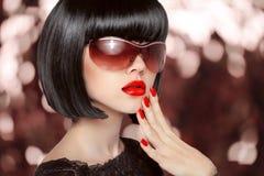 Femme de brune de mode dans des lunettes de soleil Coiffure noire de plomb L rouge images libres de droits