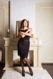 Femme de brune de Yong de beauté près de cheminée à la maison image stock