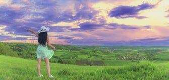 Femme de brune en nature au coucher du soleil Photographie stock