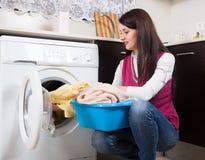 Femme de brune faisant la blanchisserie photos stock