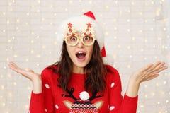 Femme de brune portant les lunettes drôles de carnaval pour la célébration de Noël photo libre de droits