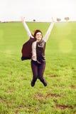 Femme de brune sautant dans la campagne Photographie stock libre de droits
