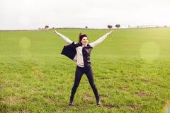 Femme de brune sautant dans la campagne Image libre de droits