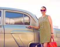 Femme de brune se tenant près de la rétro voiture Photo libre de droits