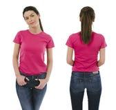 Femme de brune utilisant la chemise rose vide Photographie stock libre de droits