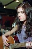 Femme de Brunet avec la guitare photo stock