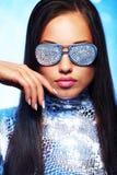 Femme de Brunette avec une bille de disco Photographie stock libre de droits