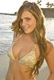 Femme de Brunette dans le bikini sur la fin de plage vers le haut Images stock