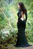 Femme de Brunette de beauté en forêt de l'Abkhazie Image libre de droits