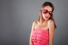Femme de brunette de verticale avec le masque de sommeil Photographie stock libre de droits