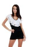 Femme de Brunette portant une robe noire et blanche Photographie stock libre de droits