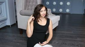 Femme de Brunette s'asseyant sur l'étage banque de vidéos