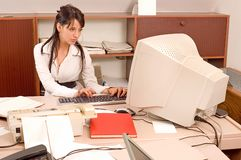 Femme de bureau au bureau Images stock