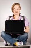 Femme de bureau avec l'ordinateur portatif Photo stock