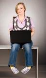 Femme de bureau avec l'ordinateur portatif Images stock