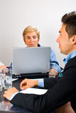 Femme de cadre supérieur lors du contact Photographie stock libre de droits