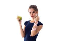 Femme de centimètre tenant une pomme Images stock