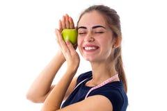 Femme de centimètre tenant une pomme Photos stock