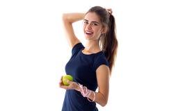 Femme de centimètre tenant une pomme Photographie stock