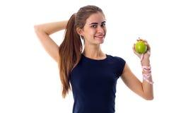 Femme de centimètre tenant une pomme Photo stock
