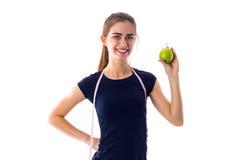 Femme de centimètre tenant une pomme Photographie stock libre de droits