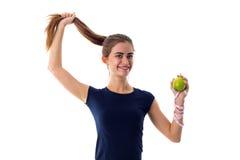 Femme de centimètre tenant une pomme et ses cheveux Photo libre de droits
