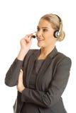 Femme de centre d'appels parlant au client Photo stock