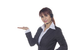 Femme de centre d'attention téléphonique avec l'écouteur Femme de sourire d'affaires montrant o Images stock
