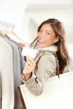 Femme de chèque-cadeau d'achats heureuse Photographie stock libre de droits