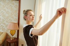 Femme de chambre au service hôtelier Images stock