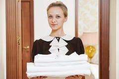 Femme de chambre au service hôtelier image libre de droits